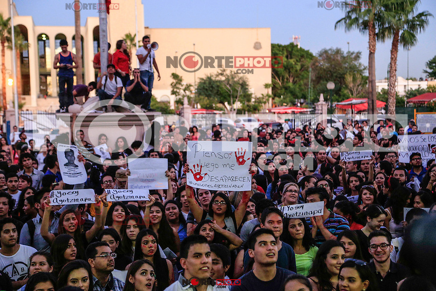 Thousands of University of Sonora students marched to the University campus to demand justice in the case of 43 missing students from Ayotzinapa, Guerrerero who have not been seen since September 26th.<br />