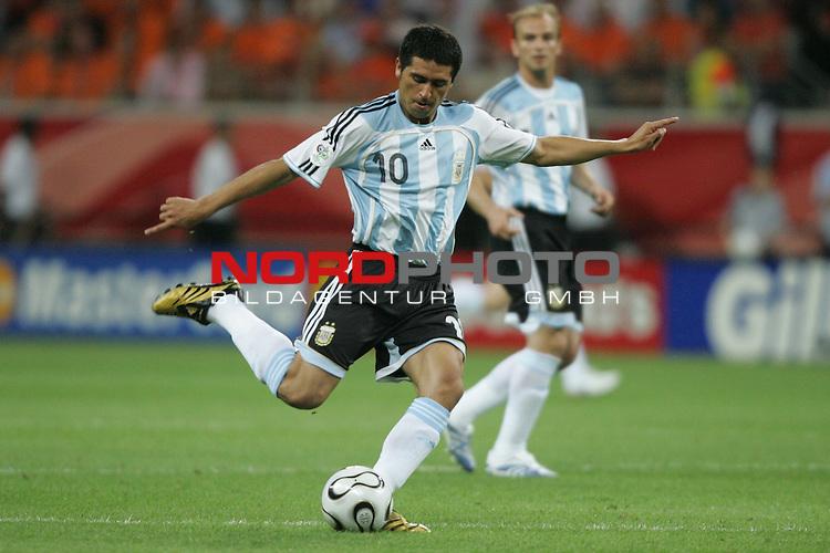 FIFA WM 2006 -  Gruppe C Vorrunde ( Group C )<br /> Play     #37 (21-Jun) - Niederland ( Holland ) - Argentinien 0:0<br /> <br /> Juan Riquelme von Argentinien in Einzel Aktion.<br /> Juan Riquelme beim Torschuss Versuch.<br /> <br /> Foto &copy; nordphoto