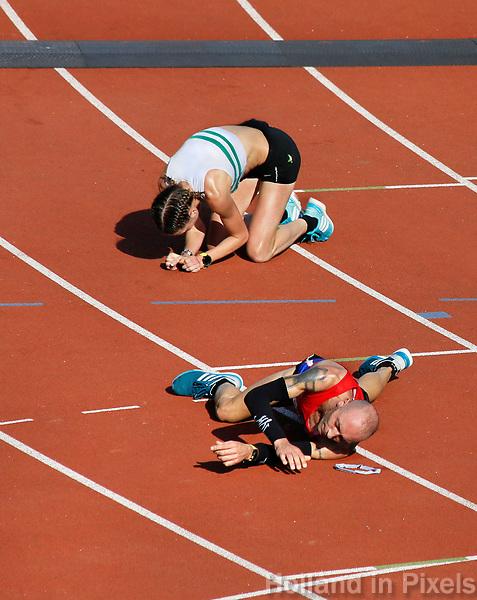 Nederland - Amsterdam - 2017 . Uitgeput bij de finish van de Marathon van Amsterdam.    Foto Berlinda van Dam / Hollandse Hoogte