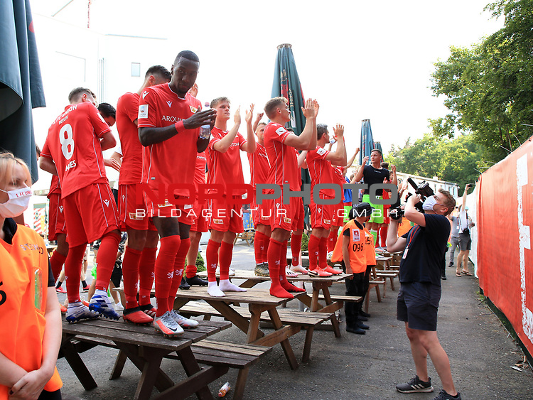 27.06.2020, Stadion an der Wuhlheide, Berlin, GER, DFL, 1.FBL, 1.FC UNION BERLIN  VS. Fortuna Duesseldorf , <br /> DFL  regulations prohibit any use of photographs as image sequences and/or quasi-video<br /> im Bild Union-Spieler bei den Fan hinterm Zaun<br /> <br /> <br />      <br /> Foto © nordphoto / Engler
