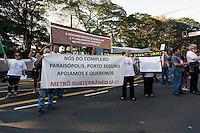 SAO PAULO, 29 DE JUNHO DE 2012. MANIFESTAÇÃO CONTRA O MONOTRILHO Manifestantes pedem a construção de metrô subterrâneo na porta do Palacio dos Bandeirantes em São Paulo. ADRIANA SPACA - BRAZIL PHOTO PRESS