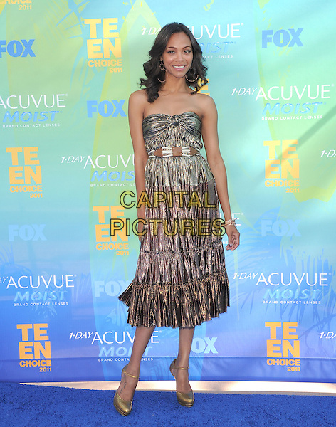 Zoe Saldana.2011 Teen Choice Awards - Arrivals held at Gibson Amphitheatre, Universal City, California, USA..August 7th, 2011.full length strapless gold knot knotted strapless dress silver bronze metallic.CAP/RKE/DVS.©DVS/RockinExposures/Capital Pictures.