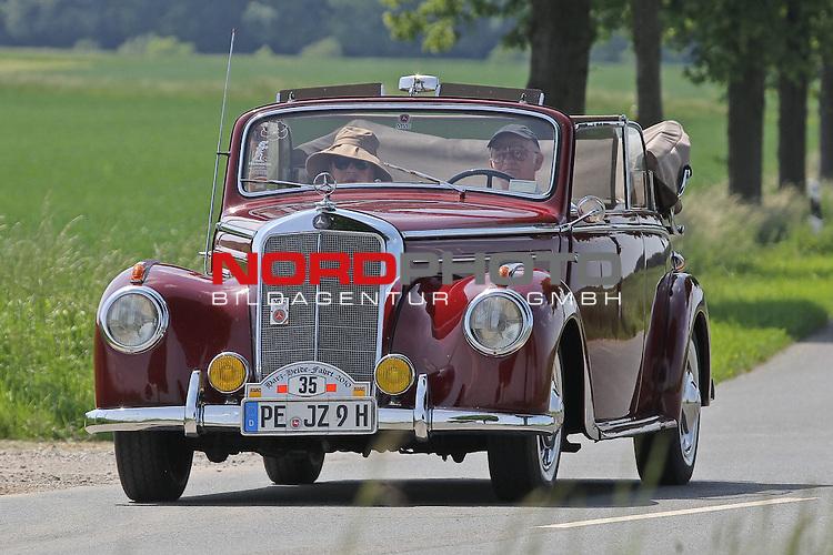 Aus Harz- Heide -Fahrt fuer Odtimer am 06. 06 .2010 -hier bei Hildesheim. Im Foto: Daimler Benz DB 220 CB Bj. 1952. <br /> <br /> <br /> Foto: &copy; nph / Rust<br />  *** Local Caption *** Fotos sind ohne vorherigen schriftliche Zustimmung ausschliesslich f&uuml;r redaktionelle Publikationszwecke zu verwenden.<br /> <br /> Auf Anfrage in hoeherer Qualitaet/Aufloesung