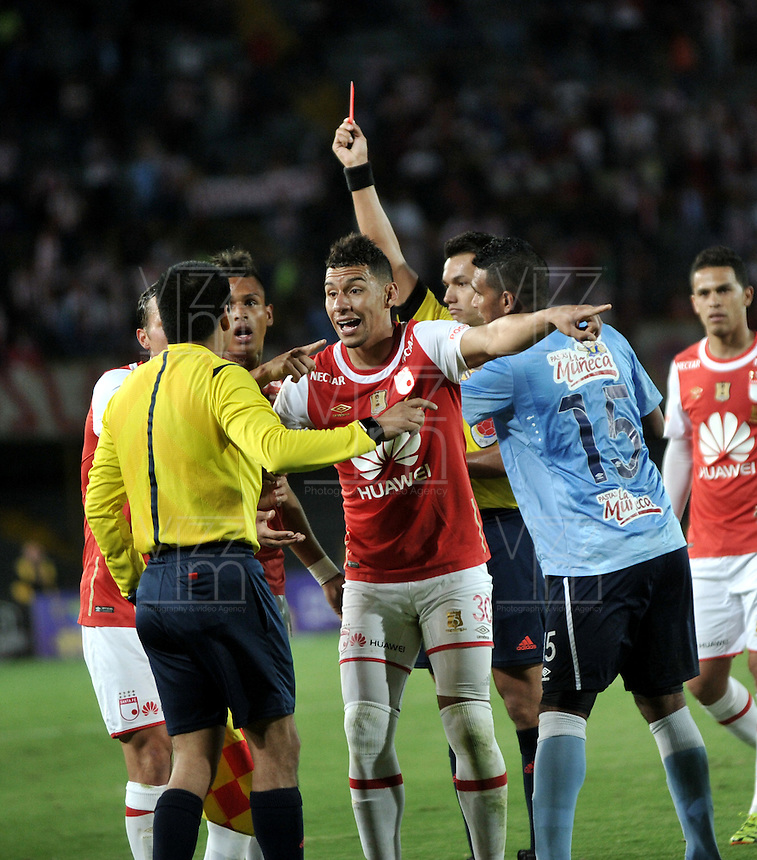 BOGOTA - COLOMBIA - 23-03-2016: Nicolas Gallo (Der.), arbitro, muestra tarjeta roja a Antony Otero, jugador de Independiente Santa Fe, durante partido aplazado por la fecha 4 entre Independiente Santa Fe y Atletico Junior, de la Liga Aguila I-2016, en el estadio Nemesio Camacho El Campin de la ciudad de Bogota. / Nicolas Gallo (R), referee, shows red card to Antony Otero, player of Independiente Santa Fe,  during a postponed match of the date 4 between Independiente Santa Fe and Atletico Junior, for the Liga Aguila I -2016 at the Nemesio Camacho El Campin Stadium in Bogota city, Photo: VizzorImage / Luis Ramirez / Staff.
