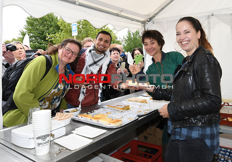 07.07.2019,  Lueneburg, Rote Rosen Fantag,  im Bild Anja Franke und Katja Frenel beim Kuchenverkauf Foto © nordphoto / Witke