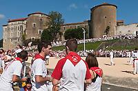 Europe/France/Aquitaine/64/Pyrénées-Atlantiques/Pays-Basque/Bayonne: Courses de vaches lors de Fêtes de Bayonne devant le  Château-Neuf [Non destiné à un usage publicitaire - Not intended for an advertising use]