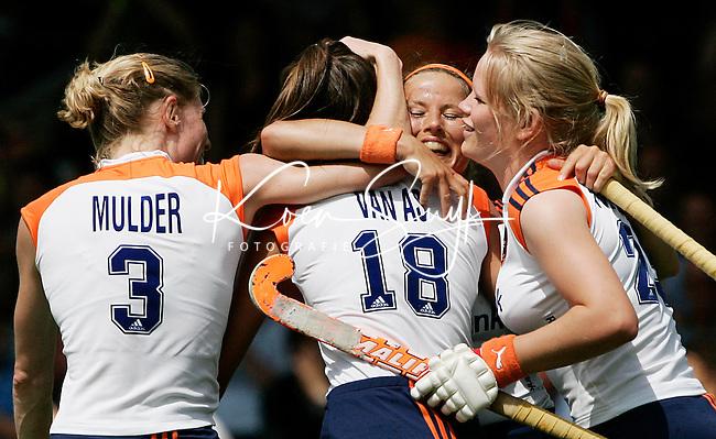 AMSTELVEEN - Vreugde bij vlnr Eefke Mulder, Naomi van As, Sylvia Karres en Vera Vorstenbosch, nadat Karres heeft gescoord, , zondag tijdens de wedstrijd Nederland-Duitsland (3-1) om de Rabo Champions Trophy 2006 in Amstelveen. ANP PHOTO KOEN SUYK