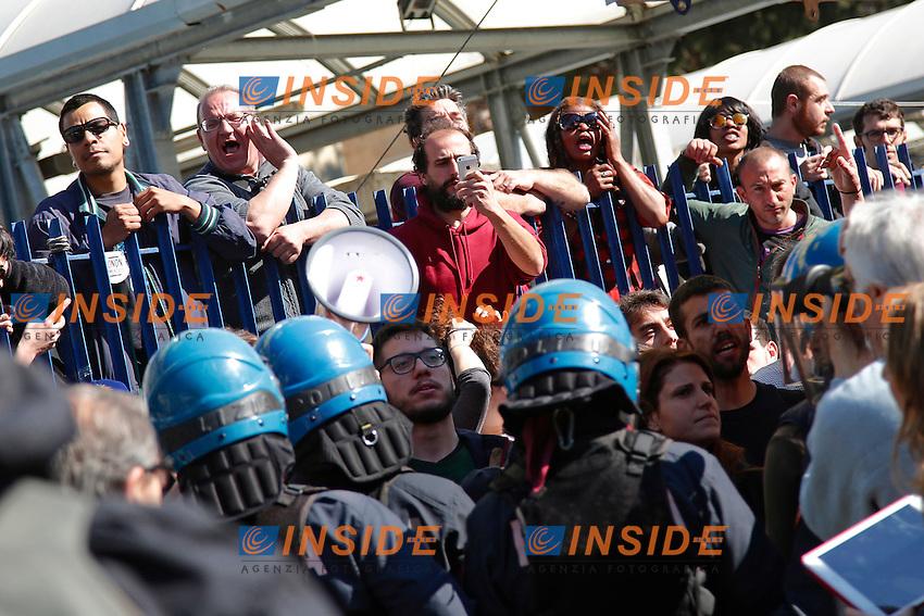 Contestatori<br /> Roma 04-05-2016 Il segretario della Lega Nord contestato al mercato della Montagnola, dove aveva intenzione di visitare il mercato ma e' stato constretto ad abbandonare il quartiere a seguito dei cori dei contestatori.<br /> Photo Samantha Zucchi Insidefoto