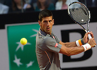 Il serbo Novak Djokovic in azione contro il brasiliano Thomaz Bellucci durante gli Internazionali d'Italia di tennis a Roma, 14 maggio 2015. <br /> Serbia's Novak Djokovic in action against Brazil's Thomaz Bellucci during the Italian Open tennis tournament in Rome, 14 May 2015.<br /> UPDATE IMAGES PRESS/Riccardo De Luca