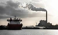 Nederland Amsterdam  - Maart 2019. Noordzeekanaal. De haven van Amsterdam. De kolencentrale van Nuon aan de Hemweg. Foto Berlinda van Dam / Hollandse Hoogte