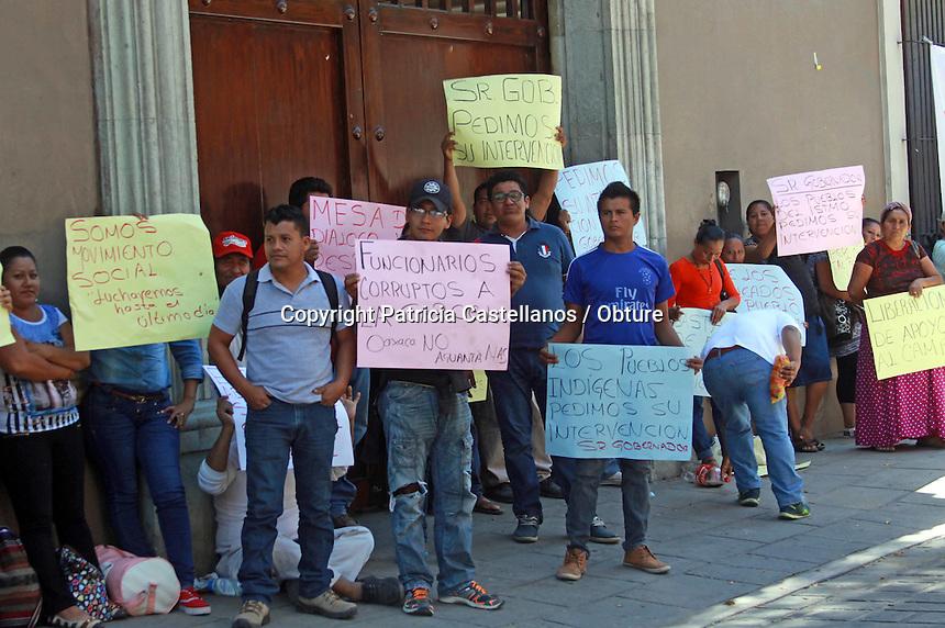 Oaxaca de Ju&aacute;rez, Oax. 01/09/2016.- Desde temprana hora integrantes del Colectivo Democr&aacute;tico Organizaci&oacute;n C&iacute;vica por la Liberaci&oacute;n del Istmo, as&iacute; como miembros del Movimiento Izquierda Revolucionaria, tomaron este jueves los accesos principales de la &ldquo;Casa Oficial&rdquo; del Gobernador del Estado de Oaxaca, Gabino Cu&eacute; Monteagudo, lo anterior en exigencia de una audiencia con el mandatario estatal, ya que a decir de los inconformes; en reuniones anteriores acordaron apoyos para proyectos productivos y agr&iacute;colas para comunidades de la regi&oacute;n istme&ntilde;a, sin embargo no les han cumplido. &nbsp;<br /> <br /> Foto: Patricia Castellanos / Obture