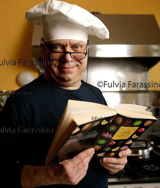 Milan,6 aprile 2005 Allan Bay nella sua cucina,Allan Bay in his kitchen © Fulvia Farassino