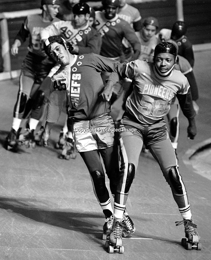 Bob Hein of the Midwest Pioneers against the Chiefs <br />       Roller Derby action in Oakland 1971. (photo/Ron Riesterer)