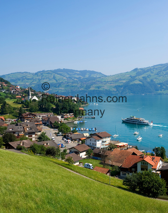 CHE, Schweiz, Kanton Bern, Berner Oberland, Faulensee am Thunersee: Ausflugsschiff auf dem Weg zur Anlegestelle | CHE, Switzerland, Bern Canton, Bernese Oberland, Faulensee at Lake Thun: with excursion ship