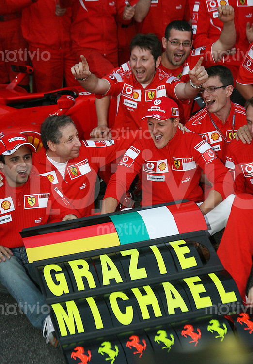 Sport Formel 1 Grand Prix von Brasilien in Sao Paulo  22.10.06 Michael Schumacher (GER, Ferrari) beim Abschiedsphoto, mit Felipe Massa, Teamchef Jean Todt