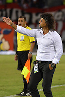 BARRANQUIILLA -COLOMBIA-23-02-2014. Leonel Alvarez técnico del Deportivo Cali durante partido con Atlético Junior por la fecha 7 de la Liga Postobón I 2014 jugado en el estadio Metropolitano Roberto Meléndez de la ciudad de Barranquilla./ Deportivo Cali coach Leonel Alvarez during match against Atletico Junior for the 7th date of the Postobon League I 2014 played at Metropolitano Roberto Melendez stadium in Barranquilla city.  Photo: VizzorImage/Alfonso Cervantes/STR