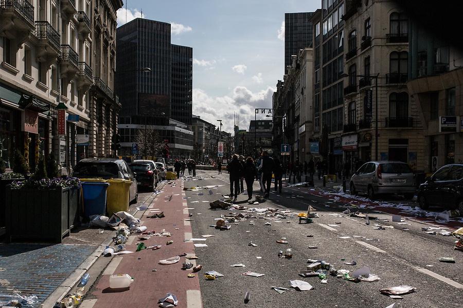 BRUXELLES,Belgique: Boulevard Anspach entre la Bourse et la Gare du Nord après les clashes entre hooligans et la police, le 27 mars 2016. Peu après 14h, environ 400 hooligans sont arrivés à la Bourse et on semé le trouble au mémorial aux victimes des attentats de Bruxelles. Après 45min, la police est entrée en action pour encercler les individus et les repousser jusqu'à la gare du Nord.