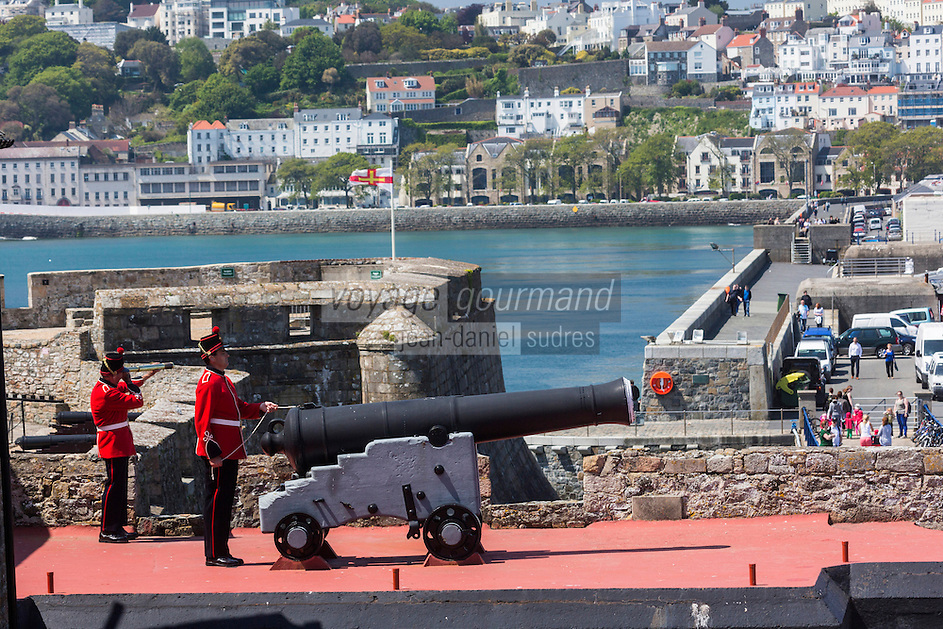Royaume-Uni, îles Anglo-Normandes, île de Guernesey, Saint Peter Port: <br /> Castle Cornet , soldats tirant la salve de midi // United Kingdom, Channel Islands, Guernsey island, Saint Peter Port: <br /> Castle Cornet, soldiers shooting the Noon Salvo