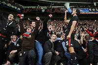 FUSSBALL   CHAMPIONS LEAGUE   SAISON 2011/2012   GRUPPENPHASE Bayer 04 Leverkusen - FC Chelsea    23.11.2011 Manuel FRIEDRICH (Leverkusen) feiert nach dem Abpfiff mit den Fans und einem Megaphon in der Fankurve