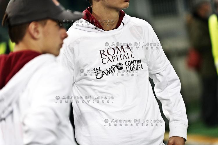 """ROMA 08/04/2013: SERIE A AS ROMA - SS LAZIO. IL DERBY DELLA CAPITALE. PARTITA TERMINATA IN PAREGGIO PER 1 A 1. NELLA FOTO MAGLIE DEI RACCATTAPALE CON LA SCRITTA """"ROMA CAPITALE IN CAMPO CONTRO L'USURA"""". FOTO DILORETO ADAMO"""