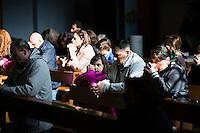 23.02.2014. Napoli, Campania, Italia. Søndagsmesse i kirken i Caivano. Barna er de mest utsatte, og mange fødes nå med kreftsvulster man aldri tidligere har sett. Padre Don Maurizio Patricello er blitt en sentral skikkelse i Campania i kampen mot Camorra syndikatet. Et område som troner som Europas kreft sentrum nummer en, med omlag 10.000 kjemikalie relaterte kreftdødsfall siden 2005. Bilder til magasinsak om Campania regionen.  Foto: Christopher Olssøn