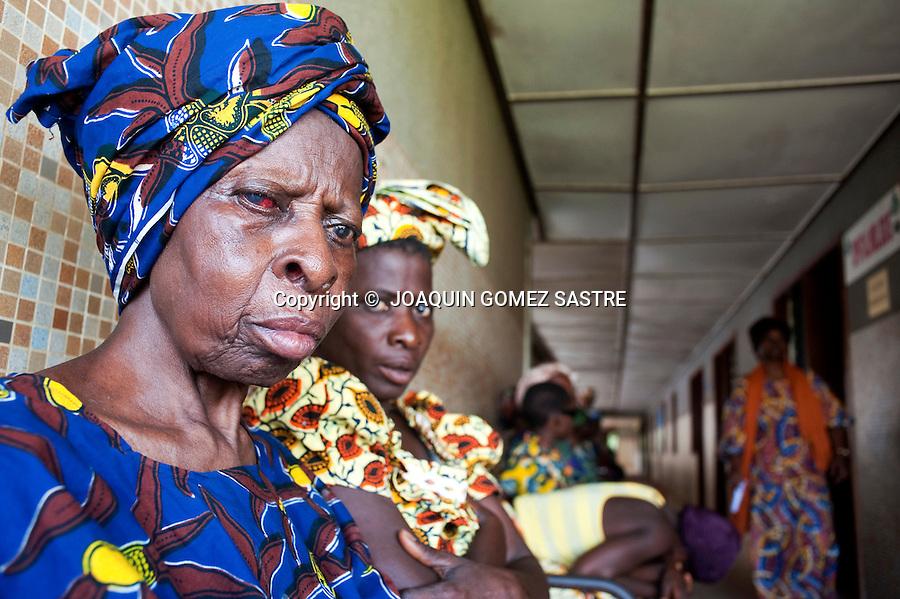 Una mujer enferma espera en el hospital de San Juan de Dios en Afagnan.Para ser examinada por los oftalmologos de ACCI.foto © JOAQUIN GOMEZ SASTRE.foto © JOAQUIN GOMEZ SASTRE