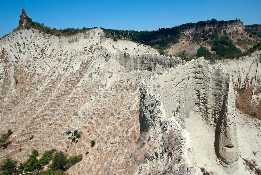 """Valle dei Calanchi. Una veduta del calanco detto """"Ponticelli"""" e dei numerosi sentieri delle capre selvatiche, uniche abitanti della valle, che rigano le pareti scoscese delle argille in erosione. Civita di Bagnoregio, 11 luglio 2012..."""