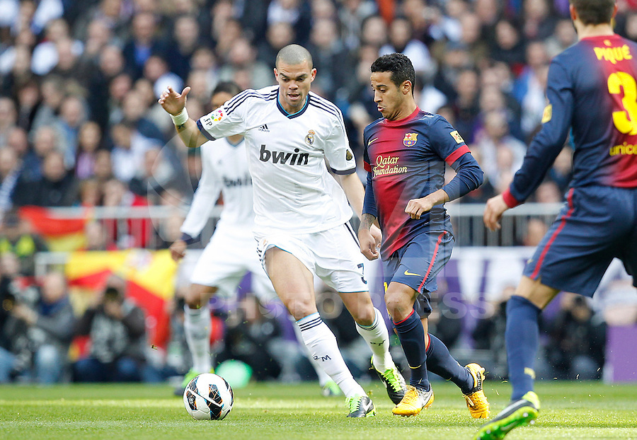 MADRI, ESPANHA, 02 MARÇO 2013 - CAMPEONATO ESPANHOL - REAL MADRID X BARCELONA - Pepe (E) jogador do Real Madrid durante disputa de bola com Tiago do Barcelona em partida pela 26 rodada do Campeonato Espanhol, neste sabado, 02. (FOTO: ALEX CID-FUENTES / ALFAQUI / BRAZIL PHOTO PRESS).