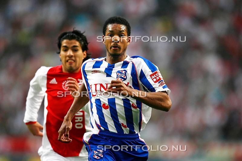 Nederland, Asterdam, 5 mei 2008.Seizoen 2007-2008.Eredivisie Play-offs.Ajax -Heerenveen (3-1).Calvin Jong-A-Pin (r) in duel met Luis Suarez van Ajax (l)