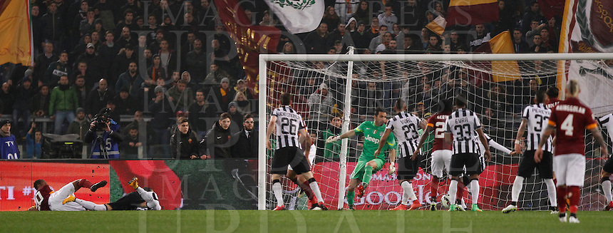 Calcio, Serie A: Roma vs Juventus. Roma, stadio Olimpico, 2 marzo 2015.<br /> Roma&rsquo;s Seydou Keita, left, scores the equalizer goal during the Italian Serie A football match between AS Roma and Juventus at Rome's Olympic stadium, 2 March 2015.<br /> UPDATE IMAGES PRESS/Isabella Bonotto