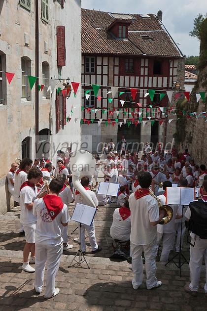Europe/France/Aquitaine/64/Pyrénées-Atlantiques/Pays-Basque/Bayonne: Fêtes de Bayonne - Orchestre des rues- Passage des Cacolets