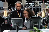 """11. re:publikca-Konferenz in Berlin<br /> Vom 8. bis 10. Mai 2017 findet in Berlin die elfte re:publica-Konferenz in Berlin unter dem Motto """"Love Out Loud"""" statt. Die Veranstalter wollen mit dem Motto """"Love Out Loud!"""" (LOL fuer positiv Denkende) ein """"Zeichen fuer Engagement und Emanzipation in der digitalen Gesellschaft setzen"""".<br /> Die Konferenz zum Thema Internet und digitale Gesellschaft bietet auf bis zu 18 Buehnen parallel mehr als 500 Stunden Programm. Ein guter Teil davon dreht sich um netzpolitische Fragestellungen aller Art. Erwartet werden ca. 8.000 Veranstaltungsteilnehmer.<br /> Links im Bild: Bundesarbeitsministerin Andrea Nahles am Stand des Internetkonzern Google, einem Partner der re:publica.<br /> 9.5.2017, Berlin<br /> Copyright: Christian-Ditsch.de<br /> [Inhaltsveraendernde Manipulation des Fotos nur nach ausdruecklicher Genehmigung des Fotografen. Vereinbarungen ueber Abtretung von Persoenlichkeitsrechten/Model Release der abgebildeten Person/Personen liegen nicht vor. NO MODEL RELEASE! Nur fuer Redaktionelle Zwecke. Don't publish without copyright Christian-Ditsch.de, Veroeffentlichung nur mit Fotografennennung, sowie gegen Honorar, MwSt. und Beleg. Konto: I N G - D i B a, IBAN DE58500105175400192269, BIC INGDDEFFXXX, Kontakt: post@christian-ditsch.de<br /> Bei der Bearbeitung der Dateiinformationen darf die Urheberkennzeichnung in den EXIF- und  IPTC-Daten nicht entfernt werden, diese sind in digitalen Medien nach §95c UrhG rechtlich geschuetzt. Der Urhebervermerk wird gemaess §13 UrhG verlangt.]"""