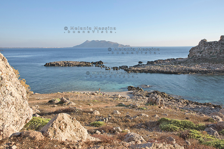Levanzo e i suoi faraglioni, isole Egadi.<br />