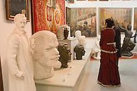 Europe/Pologne/env de Lublin/ Kozlowska: château de Kozlowska dans le Palais Baroque de la Famille Zamoyski une aile abrite un musée consacré au communisme et au réalisme socialiste - Bustes, affiches de propagande et tableaux