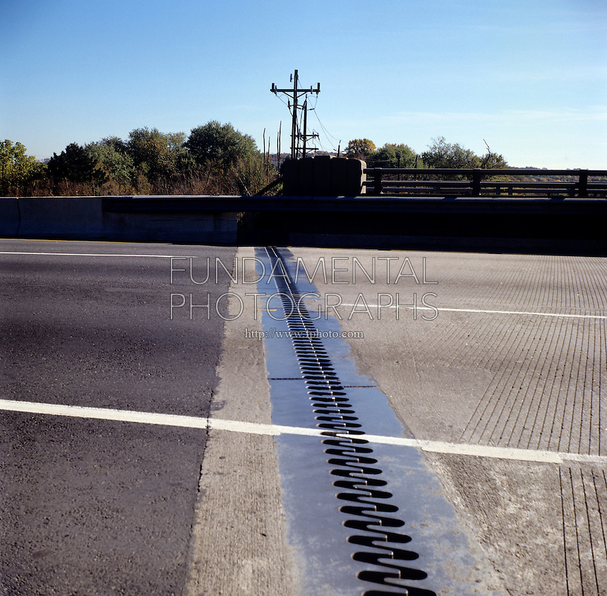 BRIDGE EXPANSION JOINTS<br /> Prevents Excessive Stress on Structure<br /> <br /> Bridge expansion joints are designed to  safely absorb heat-induced expansion and contraction of metallic parts.