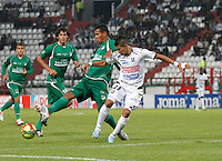 MANIZALES -COLOMBIA, 19-06-2013. César Augusto Arias (D) de Once Caldas disputa el balón con Diego Peralta (I) del Deportivo Cali durante partido de la fecha 2 en los cuadrangulares finales de la Liga Postobón 2013-1 jugado en el estadio Palogrande de la ciudad de Manizales / Once Caldas' Player Cesar Augusto Arias (R) fights for the ball with Deportivo Cali  player Diego Peralta (L) during match of the final quadrangular 2th date of Postobon  League 2013-1 at Palogrande  stadium in Manizales city. Photo: VizzorImage/JJ Bonilla/STR