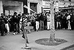 Il arrive parfois que les bagarres isolées tournent à la bataille rangée, chaque groupe occupant un cote de la rue. Les projectiles vont de la motte de terre (!) aux pierres et bouteilles en passant par les antivols, chaines, batons, plaques métalliques, ciseaux et meme marteaux. Certains jeunes sont armés de béquilles, d'autres de bombes de gaz et meme de mini tasers.