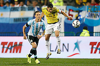 VIÑA DEL MAR - CHILE - 26-04-2015: James Rodriguez (Der.) jugador de Colombia, disputa el balón con Lucas Biglia (Izq.) jugador de Argentina, durante partido Colombia y Argentina, por los cuartos de final, de la Copa America Chile 2015, en el estadio Sausalito en la Ciudad de Viña del Mar / James Rodriguez (R) player of Colombia, vies for the ball with Lucas Biglia (L) player of Argentina, during a match between Colombia and Argentina, for the quarterfinals of the Copa America Chile 2015, in the Sausalito stadium in Viña del Mar city. Photo: VizzorImage /  Photosport / Andres Piña / Cont.