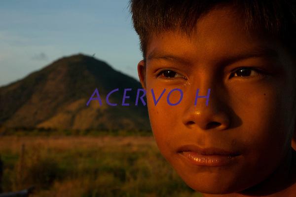 Comunidade Macuxi em Raposa Serra do Sol <br /> Normandia, Roraima, Brasil.<br /> Foto Paulo Santos<br /> <br /> Habitantes de uma regi&atilde;o de fronteira, os Macuxi v&ecirc;m enfrentando desde pelo menos o s&eacute;culo XVIII situa&ccedil;&otilde;es adversas em raz&atilde;o da ocupa&ccedil;&atilde;o n&atilde;o-ind&iacute;gena na regi&atilde;o, marcadas primeiramente por aldeamentos e migra&ccedil;&otilde;es for&ccedil;adas, depois pelo avan&ccedil;o de frentes extrativistas e pecuaristas e, mais recentemente, a incid&ecirc;ncia de garimpeiros e a prolifera&ccedil;&atilde;o de grileiros em suas terras. Protagonizaram nas ultimas d&eacute;cadas, juntamente com outros povos da regi&atilde;o, uma luta incessante pela homologa&ccedil;&atilde;o da TI Raposa Serra do Sol, ocorrida em 2005, e posteriormente pela desintrus&atilde;o dos ocupantes n&atilde;o-indios, finalmente resolvida com o julgamento pelo Supremo Tribunal Federal em 2009, que confirmou a homologa&ccedil;&atilde;o e a retirada dos ocupantes n&atilde;o-&iacute;ndios. Fonte (ISA)