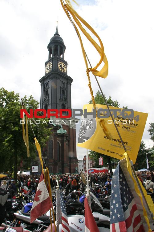21.Motorradgottesdienst mit 28.000 Bikern in der Hamburger Hauptkirche St.Michaelis (Michel).<br /> Im Vordergrund eine Fahne zum Motorradgottesdienst und das traditionelle gelbe Stoffschleifenband - im Hintergrund der Turm des Michels<br /> Foto &copy; nordphoto / Volker Sarbach<br />  *** Local Caption *** Foto ist honorarpflichtig! zzgl. gesetzl. MwSt.<br />  Belegexemplar erforderlich<br /> Adresse: nordphoto<br /> Georg-Reinke-Strasse 1<br /> 49377 Vechta