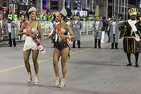 SÃO PAULO, SP, 16.02.2015  CARNAVAL 2015  SÃO PAULO   GRUPO DE ACESSO / PEROLA NEGRA  Cintia Cristina de Mello e Theba Pitylla (e/d) da escola de samba Pérola Negra durante desfile do grupo de acesso do Carnaval de São Paulo, na madrugada desta segunda-feira, (16). (Foto: Marcos Moraes / Brazil Photo Press).