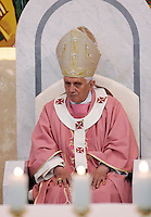 Papa Benedetto XVI tiene una visita pastorale alla parrocchia di San Massimiliano Kolbe, nella zona di Torre Angela, alla periferia di Roma, 12 dicembre 2010..Pope Benedict XVI attends a pastoral visit at the St. Maximilian Kolbe's parish church in the outskirts of Rome, 12 december 2010..© UPDATE IMAGES PRESS/Riccardo De Luca