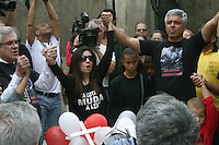 ATENÇÃO EDITOR: FOTO EMBARGADA PARA VEÍCULOS INTERNACIONAIS. – SÃO PAULO - SP –  15 DE NOVEMBRO 2012. MANIFESTAÇÃO DE POLICIAIS MILITARES E FAMILIARES, no Mausoléu da Polícia Militar do Estado de São Paulo no Cemitério do Araçá, na tarde deste feriado. FOTO: MAURICIO CAMARGO / BRAZIL PHOTO PRESS.