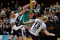 EMMEN - Handbal, E&O - Houten, Oosting Arena, Eredivisie Heren,  11-11-2017,  Mareno de Boer in duel met Stijn Hoefnagels en Rob Joel Reumer