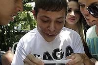 FOTO EMBARGADA PARA VEICULOS INTERNACIONAIS - SAO PAULO, SP, 11 DE NOVEMBRO 2012  - LADY GAGA - Fa recebe um bilhete jogado pela janela do hotel onde a cantora se hospeda, na regiao da Av Paulista, na manha desse domingo, 11   - FOTO LOLA OLIVEIRA - BRAZIL PHOTO PRESS