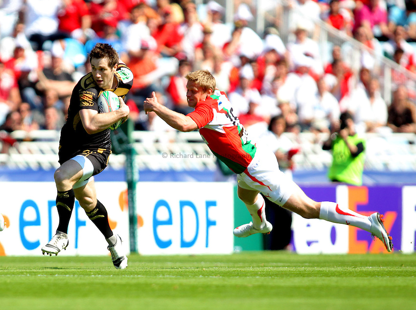 © Andrew Fosker / Seconds Left Images 2010 - Andrew Bishop slips past a flying Iain Balshaw attempted tackle -  - Biarritz Olympique v Ospreys - Heineken Cup Quarter Final - 10/04/2010 - Estadio Anoeta, San Sebastian - Spain  - All rights reserved.