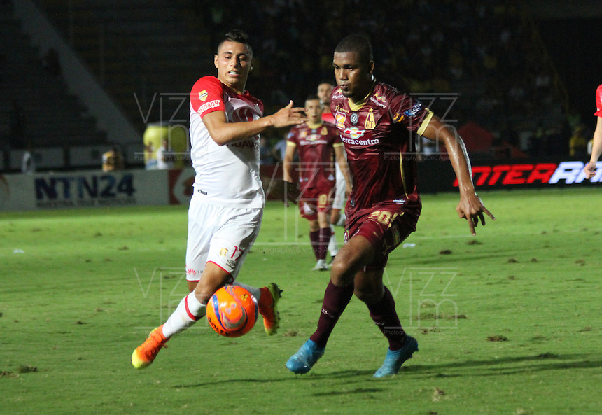 IBAGUE -COLOMBIA, 14-12-2016. Juan Roa(Izq.) jugador de Independiente Santa Fe   disputa el balón con Danovis Banguero ( Der.) del Deportes Tolima  durante encuentro  por la final ida de la Liga Aguila II 2016 disputado en el estadio Manuel Murillo Toro./ Juan Roa (L) player of Santa Fe   fights for the ball with Danovis Banguero (R) player of Deportes Tolima   during match for the firts match final of the Aguila League II 2016 played at Manuel Murillo Toro  stadium . Photo:VizzorImage / Felipe Caicedo  / Staff