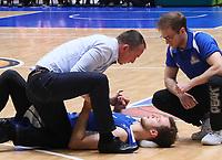 Niklas Kiel (Fraport Skyliners) ist gestürzt und wird von Teamarzt Dr. Wolfgang Raussen untersucht - 09.12.2017: Fraport Skyliners vs. Eisbären Bremerhaven, Fraport Arena Frankfurt