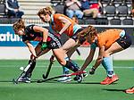 AMSTELVEEN  -  Kelly Jonker (A'dam) met Willemijn Bos (Gro)  Hoofdklasse hockey dames ,competitie, dames, Amsterdam-Groningen (9-0) .     COPYRIGHT KOEN SUYK