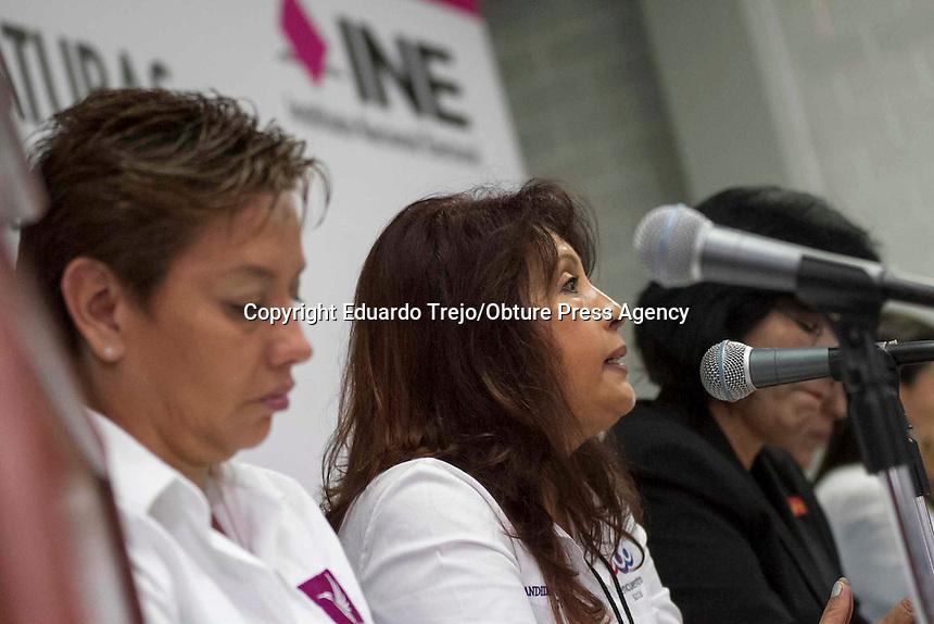 San Juan del R&iacute;o, Qro. 29 abril 2015.- Se realiza en la UAQ el debate entre los candiatos a la Diputaci&oacute;n Federal por el Segundo Distrito.<br /> En el evento participaron: Refugio Mart&iacute;nez Flores de MORENA, Mar&iacute;a Deyanira Vega Tapia, del PRD, Juana In&eacute;s P&eacute;rez Ibarra  Nueva alianza, Tania Paola Ruiz Castro del PRI-Verde, Mar&iacute;a Garc&iacute;a P&eacute;rez, del PAN, Aid&eacute; Rossana Grandini Cardona del PT, Doris Herrera Justo del PES y Guillermina de los Angeles Gonz&aacute;lez Acu&ntilde;a del Partido Humanista.<br /> <br /> El evento se realiz&oacute; a puerta cerrada dentro de uno de los auditorios del Campus San Juan, solo accedieron colaboradores cercanos y familiares de los candidatos. <br /> La candidata Tania Ruiz llev&oacute; alrededor de 15 personas, entre asistentes personales, asesores, sus padres y una hermana que le daban &aacute;nimos desde las butacas del salon. Foto Eduardo Trejo/Obture Press Agency